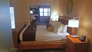 Cherry Tree Inn and Suites, Отели  Traverse City - big - 10