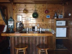 Castle Wood Theme Cottages- COUPLES ONLY, Hotels  Big Bear Lake - big - 39