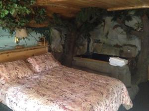 Castle Wood Theme Cottages- COUPLES ONLY, Hotels  Big Bear Lake - big - 6
