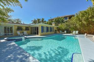 Three-Bedroom House with Pool - Canal Front