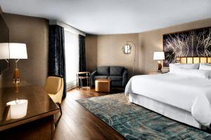Deluxe King Room with Airport View - Free Wifi