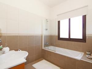 Villa KPBWB32, Ferienhäuser  Paralimni - big - 6