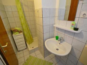 Apartment Karlo.3, Ferienwohnungen  Tribunj - big - 16