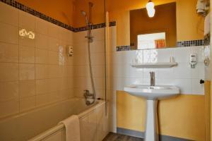 Brit Hotel Le Surcouf, Hotely  Saint Malo - big - 54