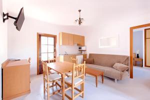 Apartamentos Colomar, Apartmanok  Es Figueral Beach - big - 6