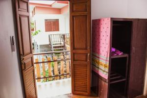 Dvoulůžkový pokoj s manželskou postelí a vlastní koupelnou.