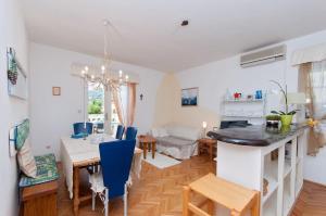 Two-Bedroom Apartment in Rab VI, Apartmány  Barbat na Rabu - big - 11