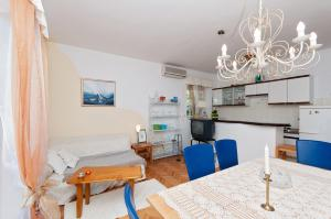 Two-Bedroom Apartment in Rab VI, Apartmány  Barbat na Rabu - big - 10