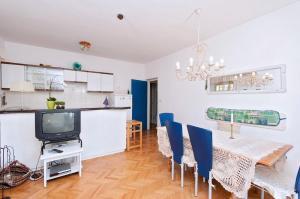 Two-Bedroom Apartment in Rab VI, Apartmanok  Barbat na Rabu - big - 9
