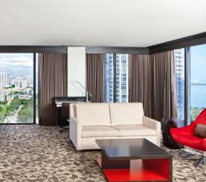 Junior Queen Suite with Water View