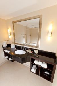 Luxury One-Bedroom Suite Queen with City View
