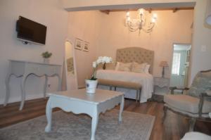Rom med king-size-seng og hageutsikt
