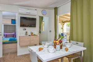 Campsite Sunny Home Soline, Комплексы для отдыха с коттеджами/бунгало  Биоград-на-Мору - big - 16