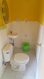 Guanna's Place Room and Resto Bar, Inns  Malapascua Island - big - 51