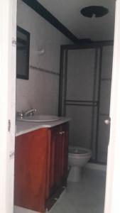 Habitaciones en Medellín (Apartahotel Ferjaz), Гостевые дома  Медельин - big - 106