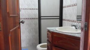 Habitaciones en Medellín (Apartahotel Ferjaz), Гостевые дома  Медельин - big - 108