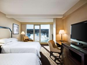Deluxe Queen Room with Two Queen Beds and Falls View