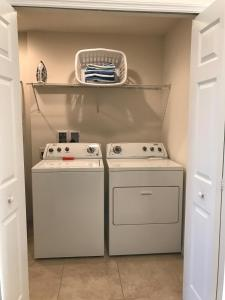 Two-Bedroom Townhouse with Private Hot Tub (4 Adults + 2 Children)
