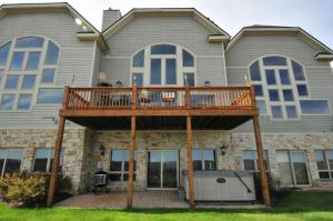 Amazing Overlook Three-Bedroom Townhome, Дома для отпуска  McHenry - big - 2