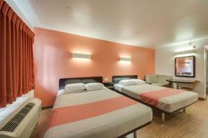 Deluxe Queen Suite with Sofa Bed - Non-Smoking