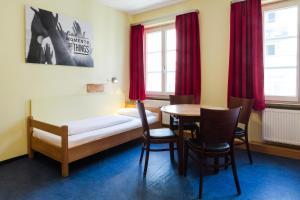 ドミトリールーム 男女共用 共用バスルーム ベッド計5台のベッド1台