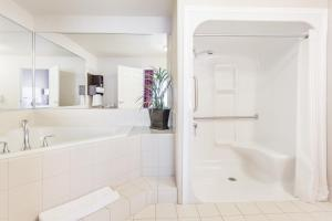 Accessible Jetted Tub Suite, King Bed, Roll-In Shower, Non Smoking