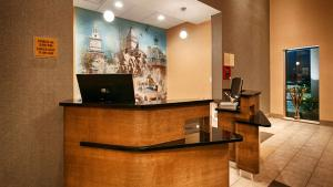 Best Western Plus Atrium Inn & Suites, Hotel  Clarksville - big - 3