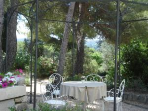 Lou Ventoulet, Bed and Breakfasts  Mouriès - big - 2