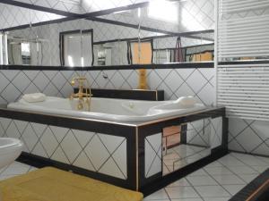 Kristály Apartman, Bed and Breakfasts  Hévíz - big - 34