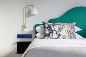 Dvoulůžkový pokoj s manželskou postelí a balkonem