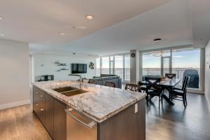 Luxury Sub-Penthouse – Downtown Riverfront, Apartmánové hotely  Calgary - big - 12