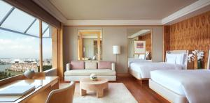 Deluxe Kallang Guest room with 1 King or 2 Twin/Single Beds