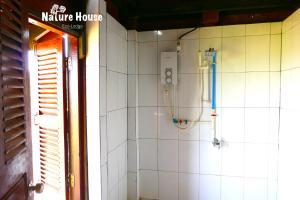 Nature House, Комплексы для отдыха с коттеджами/бунгало  Banlung - big - 2