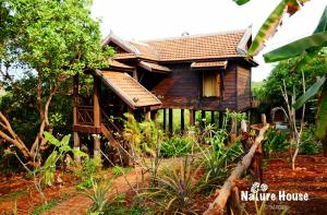 Nature House, Комплексы для отдыха с коттеджами/бунгало  Banlung - big - 30