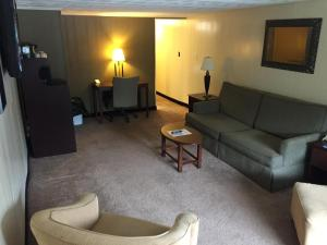 Suite with Double Bed and Twin Beds  - Smoking