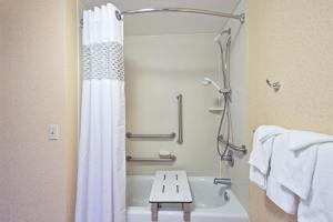 Queen Room - Disability Access/Hearing Accessible with Tub - Non-Smoking