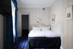 Lille værelse med queensize-seng