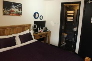 Habitación con cama extragrande.