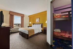 Queen Suite with Bunk Bed - Non-Smoking