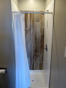 Basic Queen Room with Private Bath