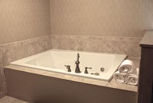 Executive King Suite with Whirlpool - Non-Smoking