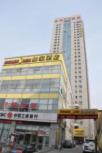 Home Inn Dalian Railway Station, Отели  Далянь - big - 1