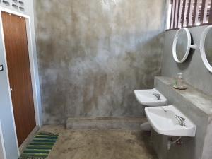 Levný dvoulůžkový pokoj s manželskou postelí a koupelnou mimo pokoj