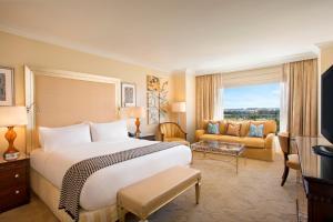 Pokój typu Deluxe z łóżkiem typu king-size, wanną i widokiem na park rozrywki Disneya – przystosowany dla osób niepełnosprawnych
