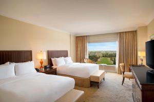 Pokój typu Deluxe z 2 łóżkami typu queen-size i widokiem na pole golfowe