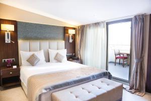 Habitación con cama grande y balcón