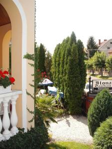 Ilona Kis Kastély Panzió, Guest houses  Keszthely - big - 16