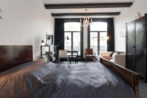 The Black | Canal view private studio