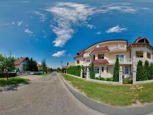 Hegyi Panzió, Guest houses  Hévíz - big - 11