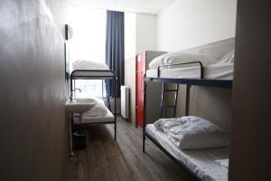 ドミトリールーム 男性用 ベッド計4台のベッド1台